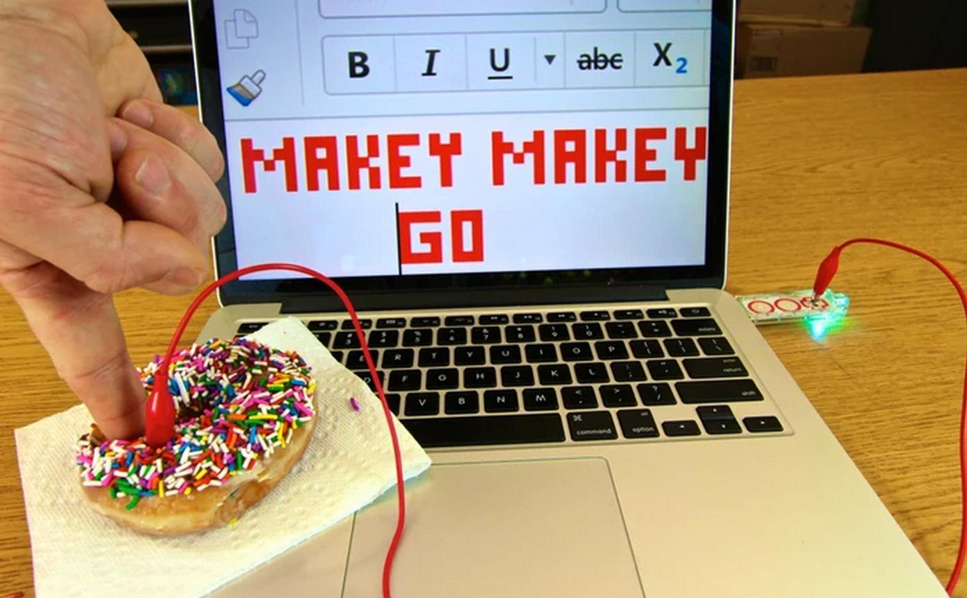 Photo of Te costa 20 de dolari sa transformi orice intr-un buton cu Makey Makey Go!