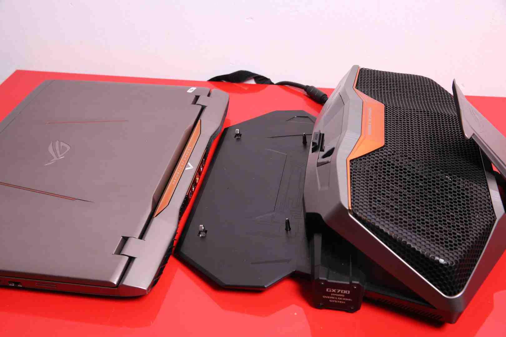 Dimensiunea relativa a laptop-ului si dock-ului ASUS GX700