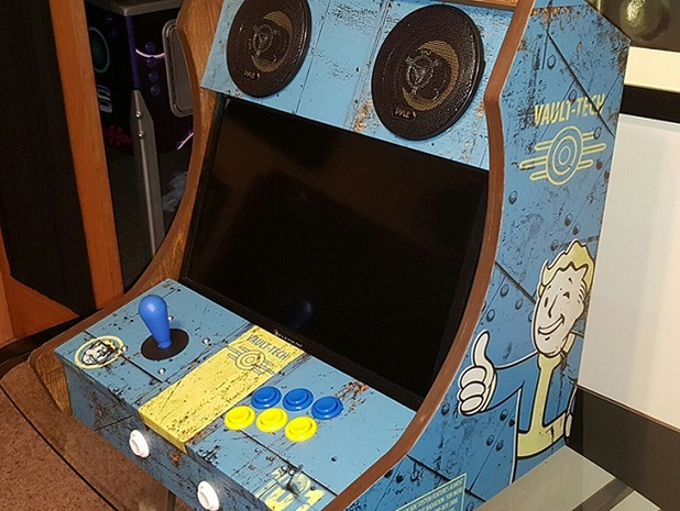 Photo of Doi fani Fallout 4 au bagat jocul intr-un arcade cabinet