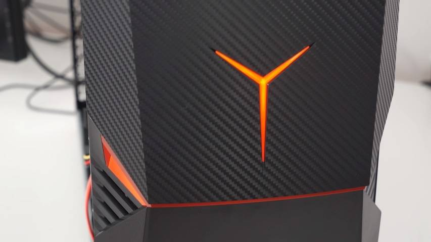 Logo-ul Lenovo Ideacentre Y900 e mai rosu decat portocaliu in realitate