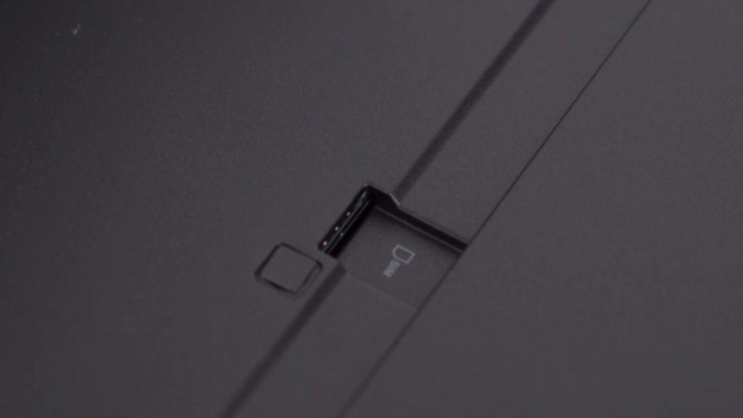 Slotul nanoSim din Lenovo ThinkPad X1 Tablet