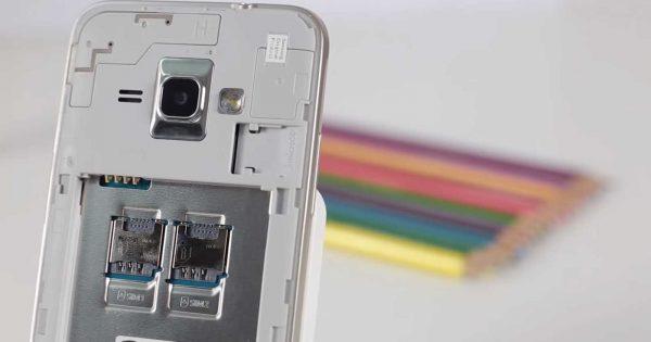 Cele doua sloturi SIM si slotul MicroSD din Samsung Galaxy J1 Mini
