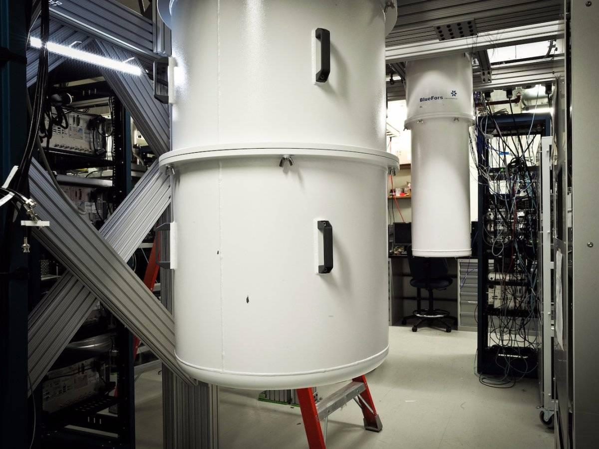 Exteriorul frigiderului in care se afla computerul cuantic al IBM