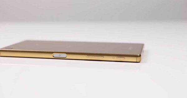 Review Sony Xperia Z5 Premium - Butoanele de power, volum si camera plus cititorul de amprente