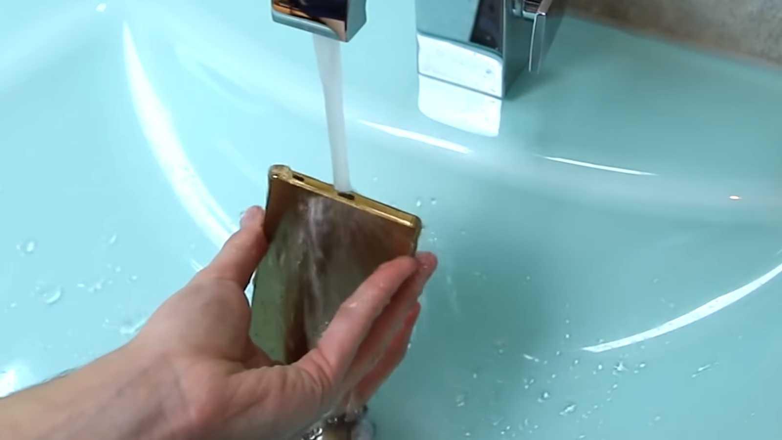 Review Sony Xperia Z5 Premium - Telefonul este rezistent la apa