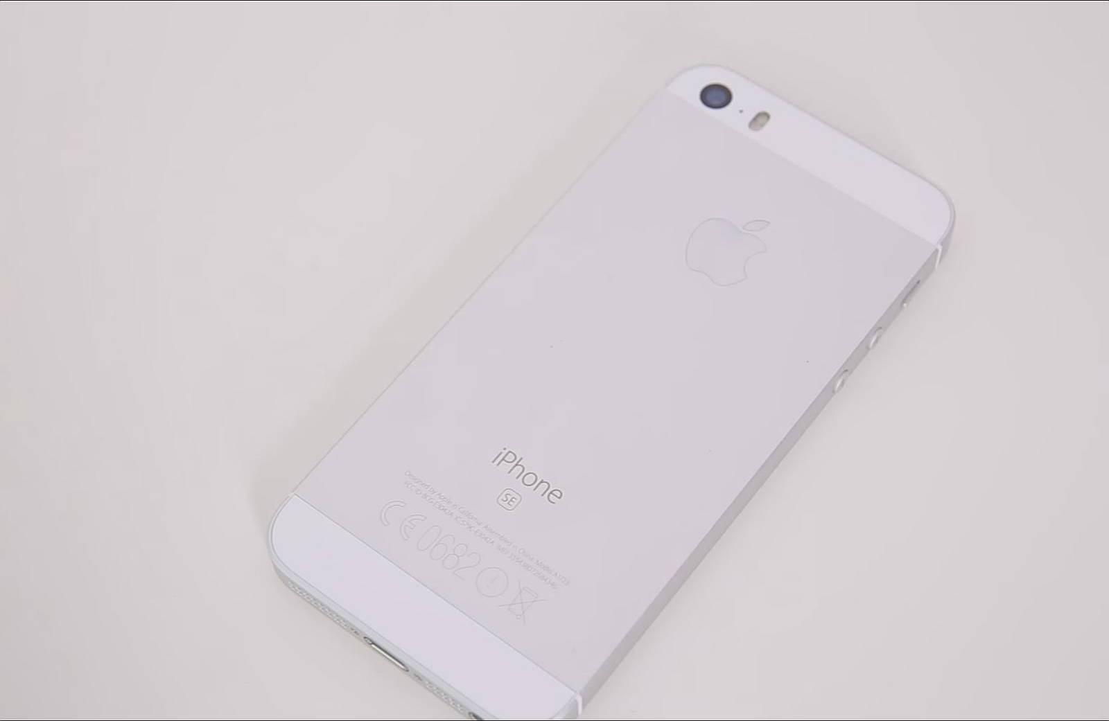 Spatele telefonului iPhone SE