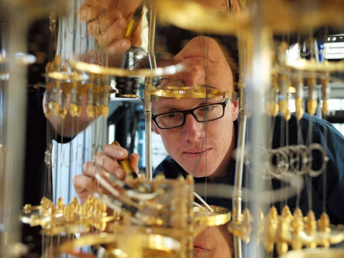 Stefan Filipp in interiorul frigiderului ce face posibil computerul cuantic