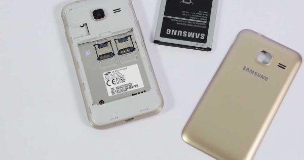 Telefonul Samsung Galaxy J1 Mini deschis, cu carcasa si bateria alaturi