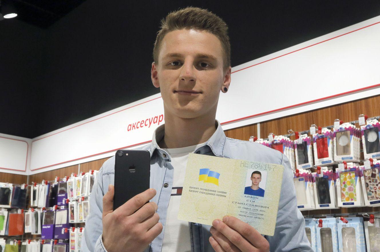 Photo of Un tanar si-a schimbat numele in iPhone 7  pentru un terminal gratuit