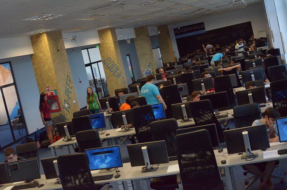 Photo of Peste 80% din cursanții școlii gratuite de programare ACADEMY+PLUS lucrează în industria IT