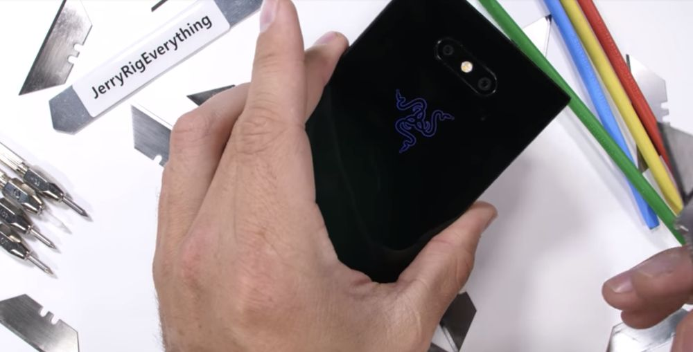 Photo of Razer Phone 2 zgâriat, îndoit și ars, rezista pentru a-si spune povestea