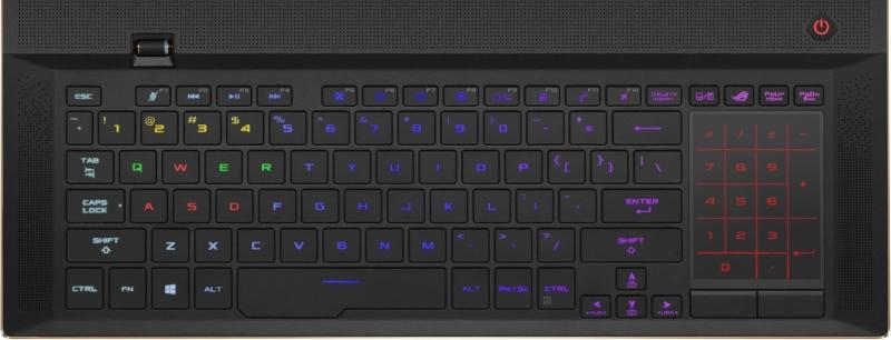 Tastatură iluminată per tastă. În dreapta, touchpad/numpad unic, marca ROG.