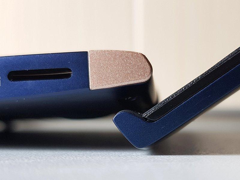 ErgoLift în acțiune: după deschiderea capacului la peste 90 de grade, balamaua ridică laptop-ul pentru o ergonomie mai bună.