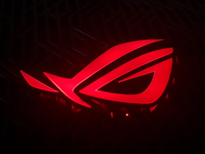 logo ROG iluminat, tehnologie AURA RGB