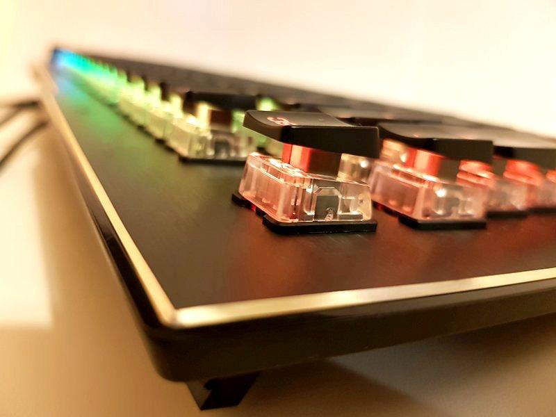 capacele tastelor, extrem de subțiri, lasă la vedere carcasa switch-urilor