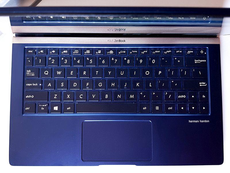 Tastatură reușită, ușor mai compactă față de modelele de ZenBook anterioare. Touchpad clasic pe acest sample, fără NumberPad