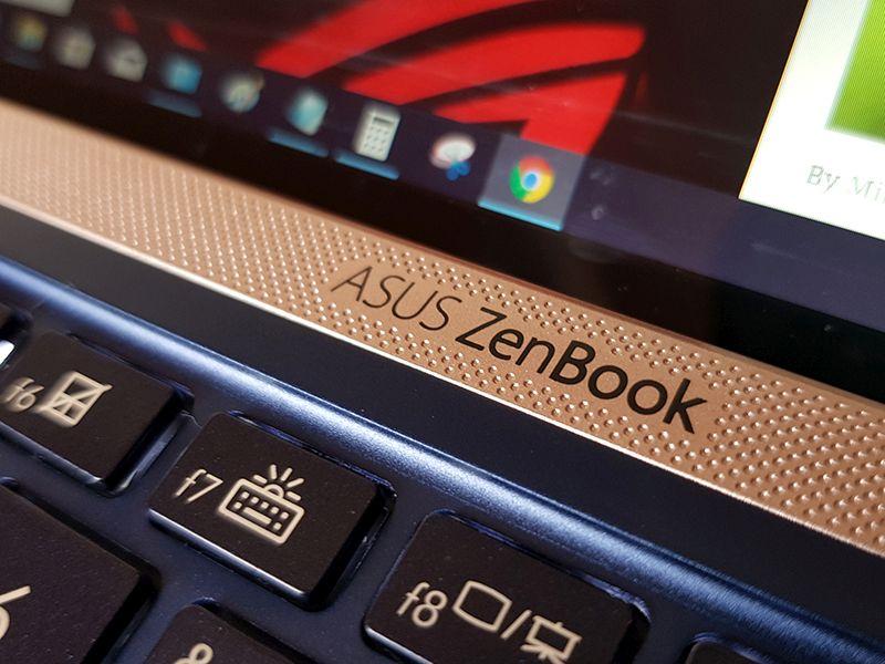 Banda de plastic pe care apare și logo-ul ZenBook adaugă o notă de contrast și eleganță deopotrivă.