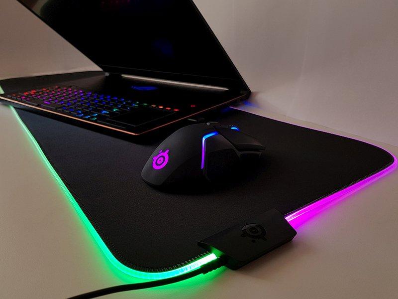 Combinat cu un laptop de gaming la rându-i RGB, combo-ul QcK Prism Cloth + Rival 650 Wireless creează o feerie de lumini.