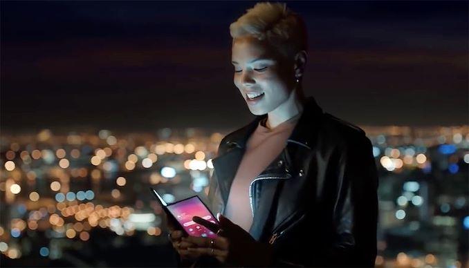Photo of Telefonul pliabil Samsung Galaxy F apare într-o reclamă