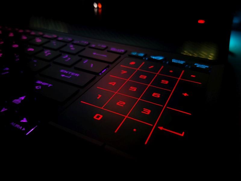 O abordare interesntă, pe care nu am mai întâlnit-o la alți producători: TouchPad/NumPad unic. În imagine, iluminare noaptea.