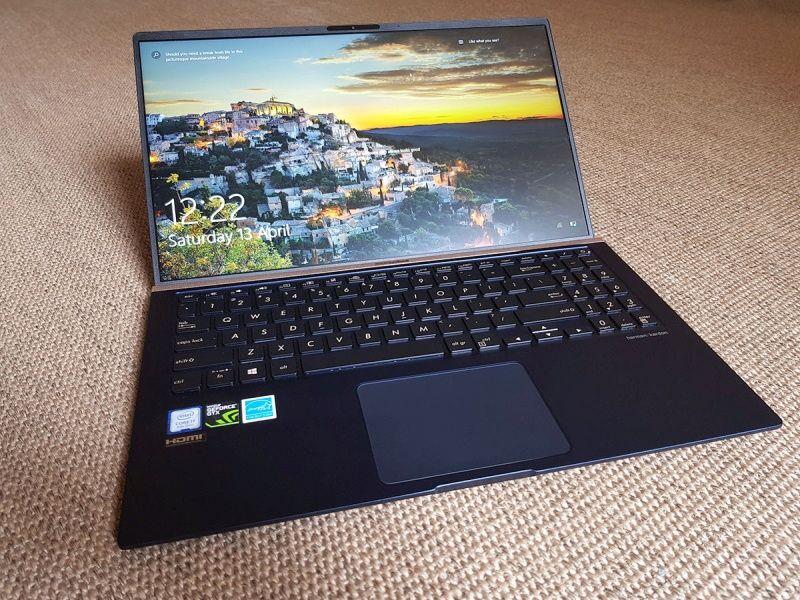 ZenBook UX533FD: subțire și ușor - modelul cu ecran anti-reflex are doar 1,59 kg.