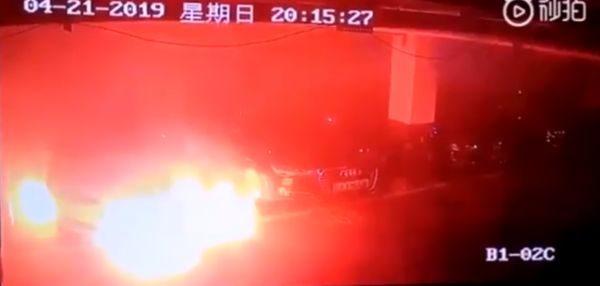 O mașină Tesla ia foc într-o parcare