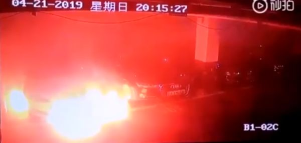 Photo of O mașină Tesla ia foc într-o parcare