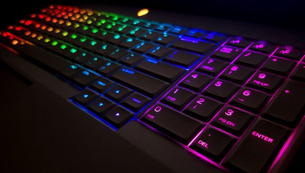 Iar noaptea tastatura arată la fel de bine, după unii și mai bine ca iluminarea pe care o percepem ziua. (cea din imaginea anterioară).