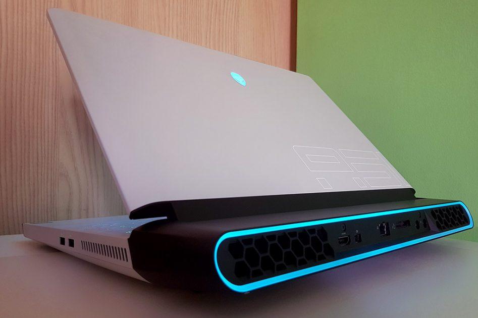 Așa arată un laptop ce îmbină X-Files cu Tron. Este cea mai frumoasă iluminare văzută anul acesta pe un laptop de către mine.