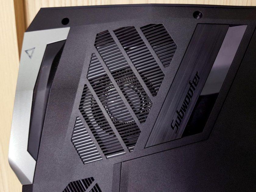 Ventilatorul metalic AeroBlade de pe fundul laptop-ului - grilajul de admisie este generos, piciorușul de cauciuc are 1cm înălțime (!) pentru ca să ajungă rapid aer rece la monstrul din burta laptop-ului!