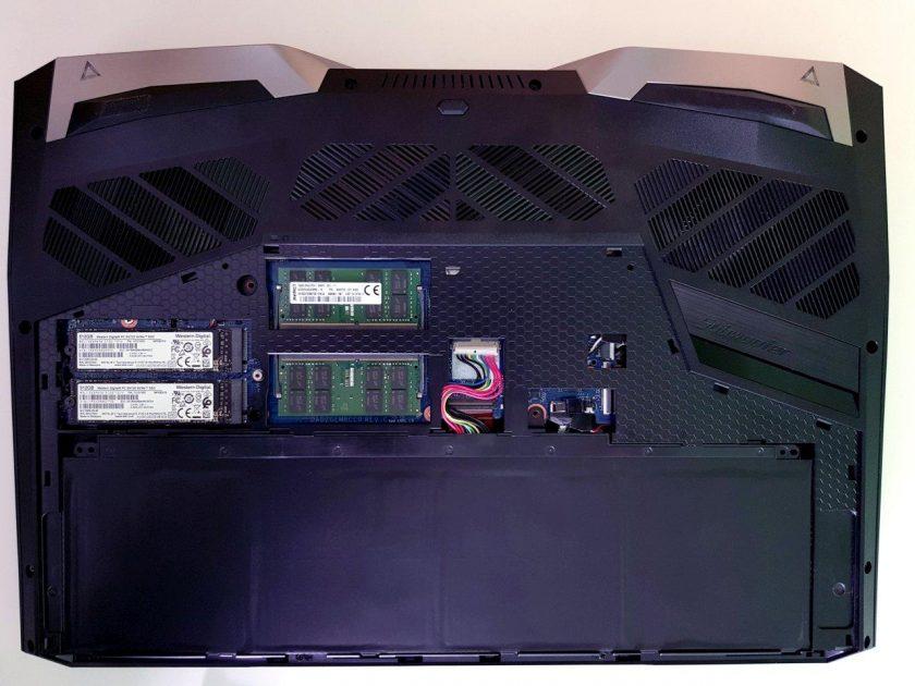 Acces facil la SSD-uri și memorii, doar 2 șuruburi și gata! SSD-urile sunt acoperite cu un radiator din cupru (scos în imagine, pentru a se vedea cele două SSD-uri).