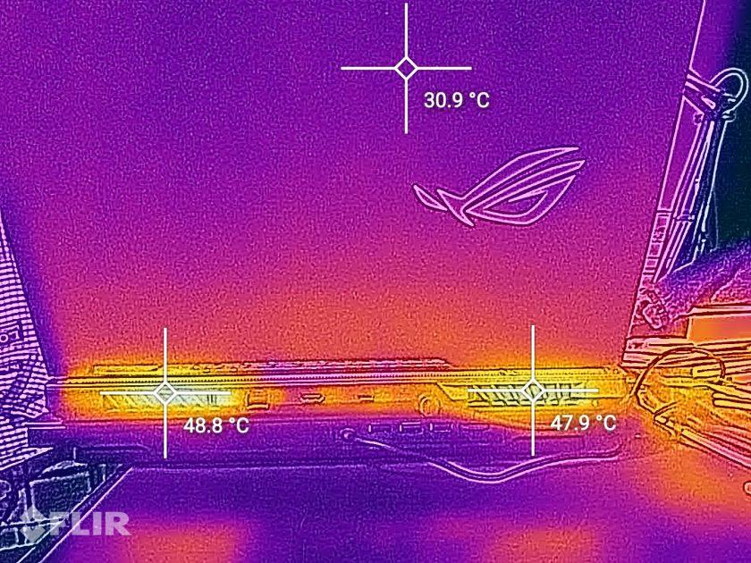 Și imagini din spate, unde se poate observa că aerul ce iese este destul de fierbinte. Asta înseamnă că se elimină rapid căldura, pentru un șasiu ce nu se încălzește în rest foarte tare. Tare!