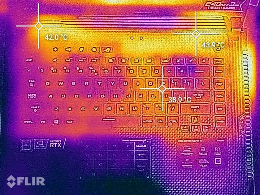 Harta termică ne arată o tastatură ce nu trece de temperatura corpului decât foarte rar (temperatura în cameră a fost de 27C)