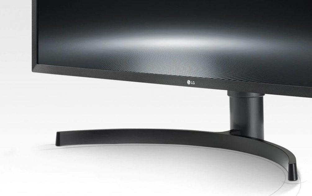 LG 32UK550: stand simplu, dar eficient. Oferă stabilitate mare și ocupă puțin soațiu pe birou.