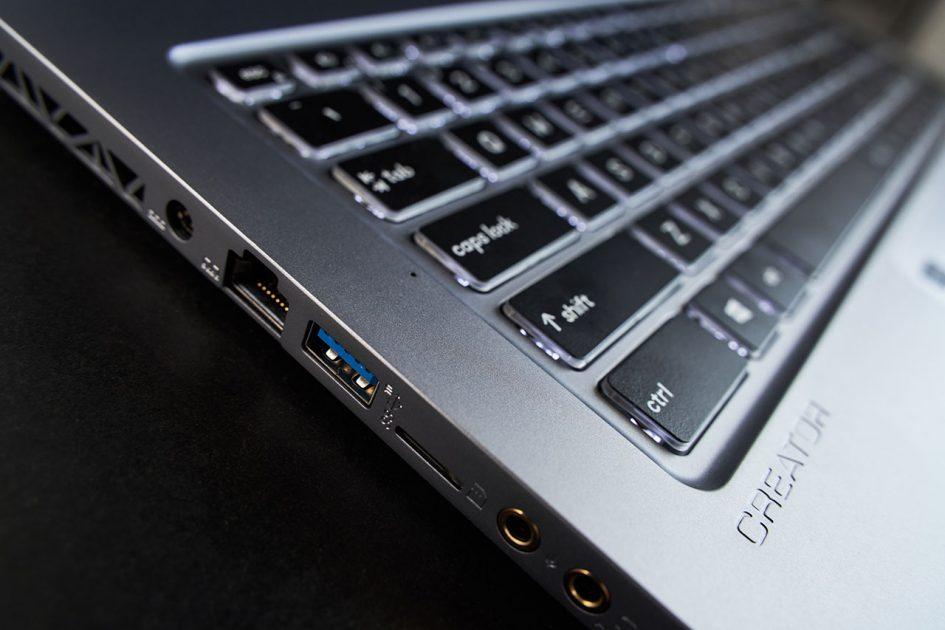 Tastele de pe notebook-ul MSI Creator 17 au cursă lungă, aproape 2mm, mai rar pe laptop-urile din ziua de azi.