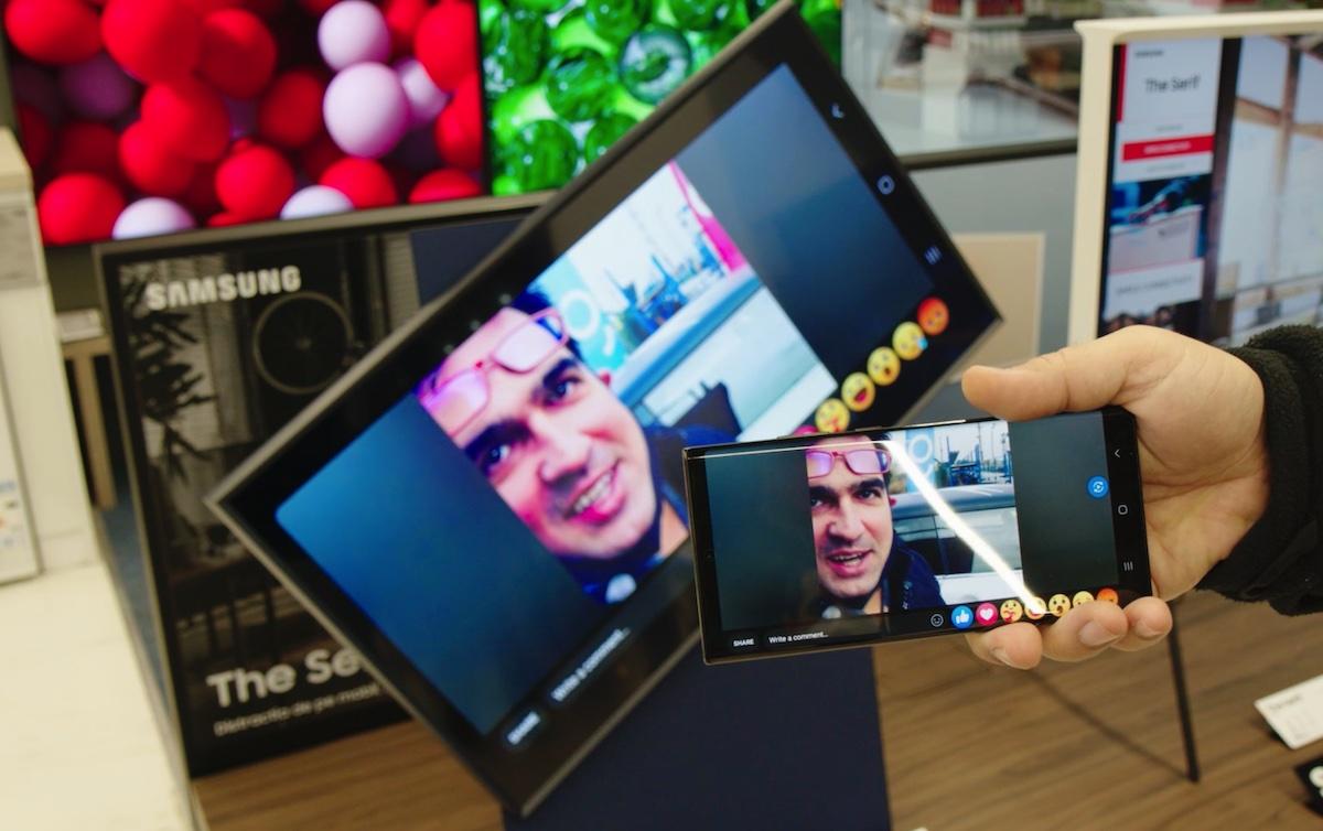 Ecranul se roteste automat in functie de continutul afisat de pe telefon